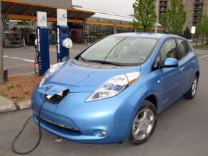 Recharge d'une Nissan Leaf à une borne du Réseau Électrique du RONA à Anjou