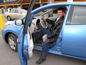 Sylvain Juteau - Recharge d'une voiture électrique Nissan Leaf au RONA à Anjou