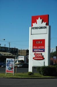 Station-service Petro-Canada dépendance pétrole  - essai routier