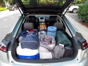 Coffre Chevrolet Volt chargé avec les articles de camping