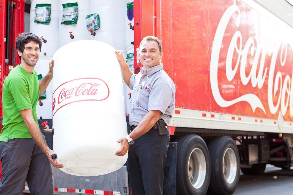 coca cola donne 100 barils r cup rateurs d 39 eau de pluie. Black Bedroom Furniture Sets. Home Design Ideas