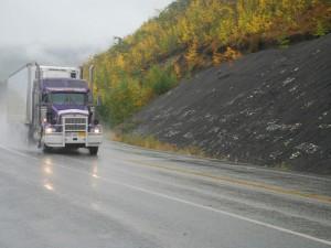 Semi-remorque poids lourds sur une autoroute