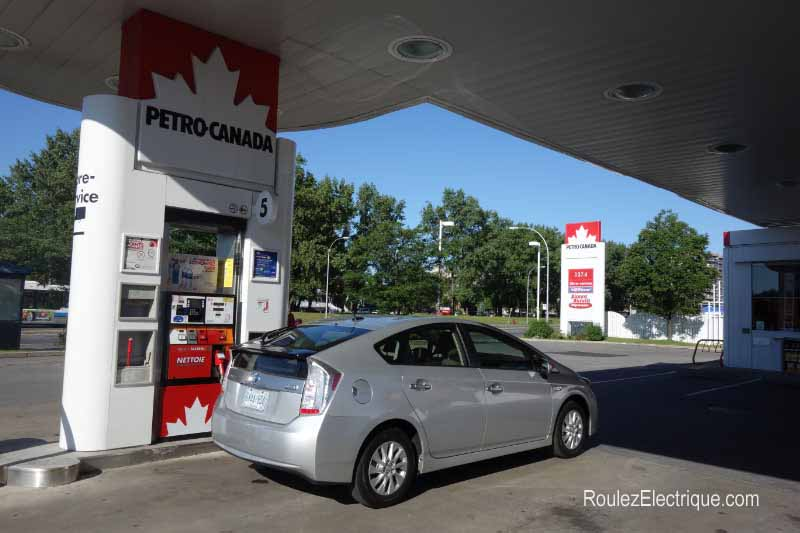 Toyota Prius branchable - rechargeable faisant le plein d'essence - Plug-In Prius fueling