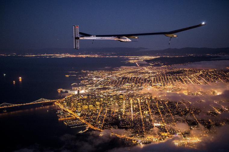 Vol de nuit de l'avion solaire Solar Impulse 1 au dessus de San Francisco