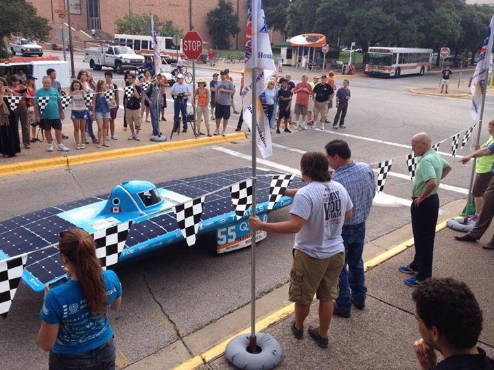 Qualifié, Esteban VII, le véhicule solaire de Polytechnique, franchit la ligne de départ de l'American Solar Challenge