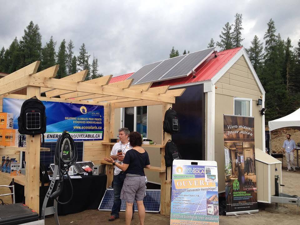 Le kiosque d'Écosolaris au Festival des mini-maisons de Lantier