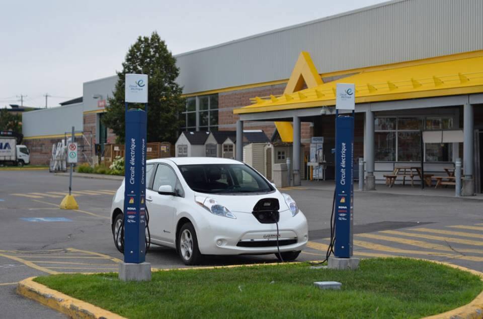 Recharge voiture électrique Nissan LEAF au RONA de Saint-Jérôme