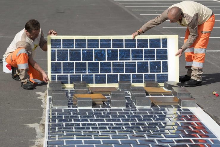 Pose de la route solaire Wattway de Colas