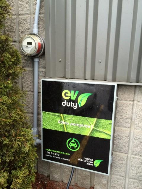 Borne de recharge et compteur d'énergie d'Écosolaris situés à Saint-Jerome dans les Laurentides