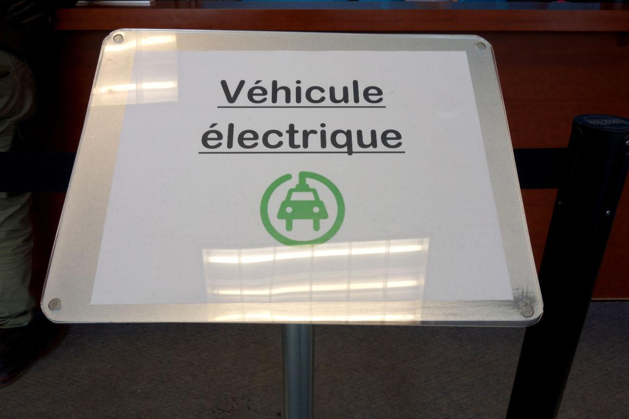 File d'attente dédiée aux propriétaires de voitures électriques visant l'obtention du transpondeur pour passage gratuit sur le pont de l'autoroute 25