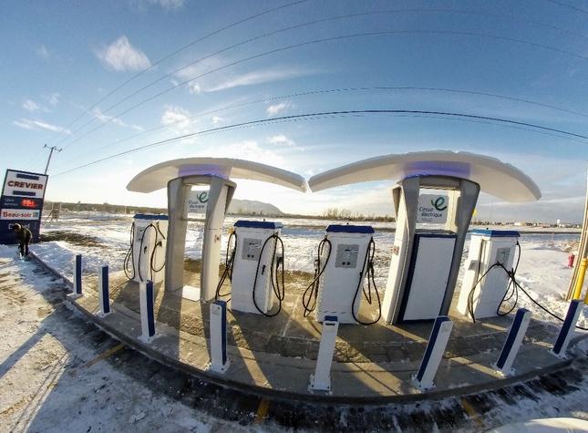 Super station de recharge rapide pour voitures électriques à Beloeil