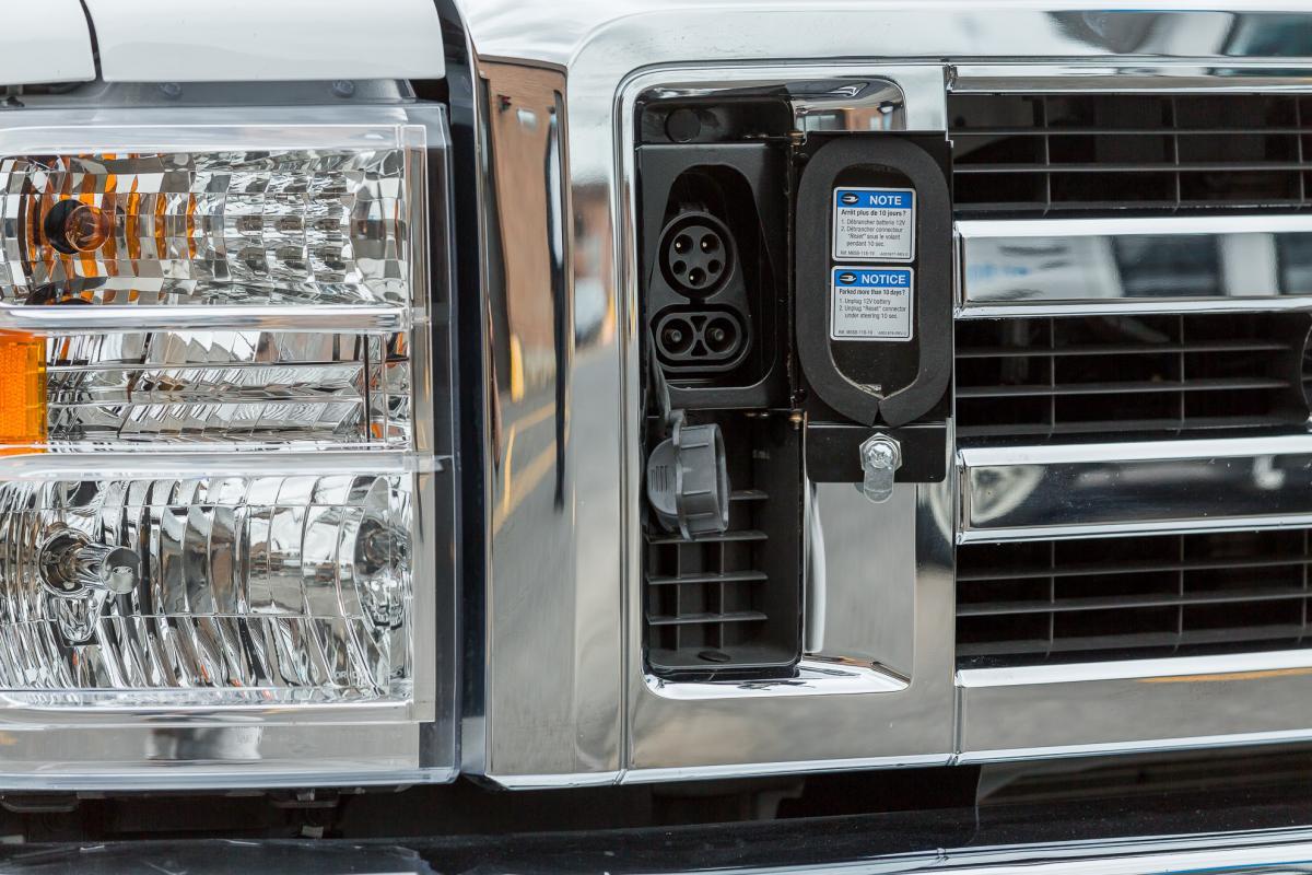 Port de charge autobus electrique transport adapté STM Girardin Blue Bird
