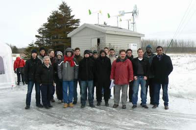 Équipe devant la maison verte